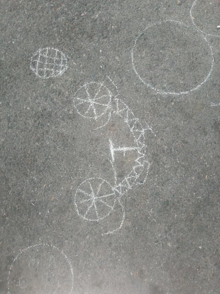 Dışarı oyunları tebeşirle resim çizimi